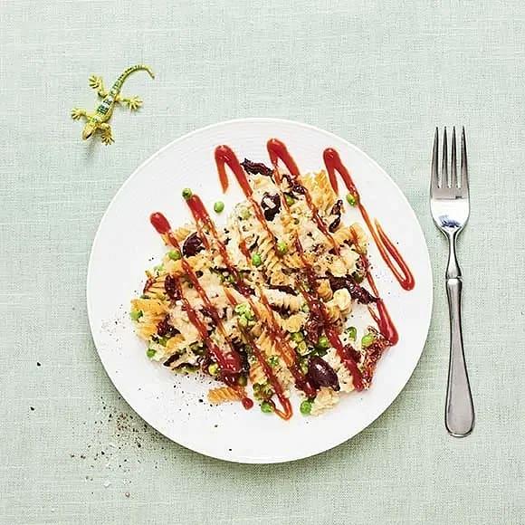 Pastagratäng med oliver och ärtor