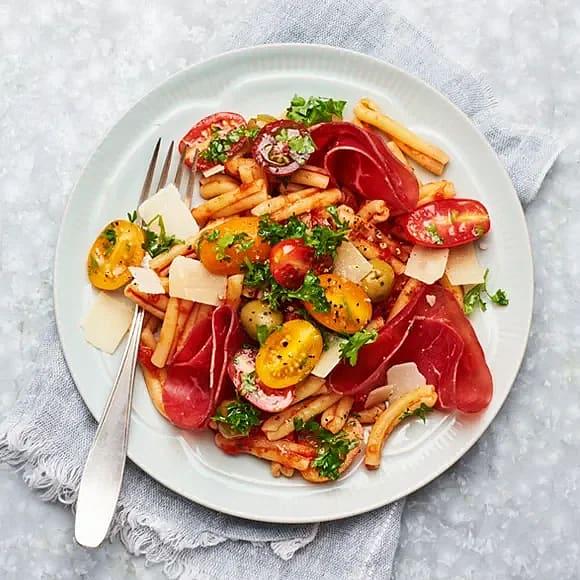 Bresaola med pasta och tomat