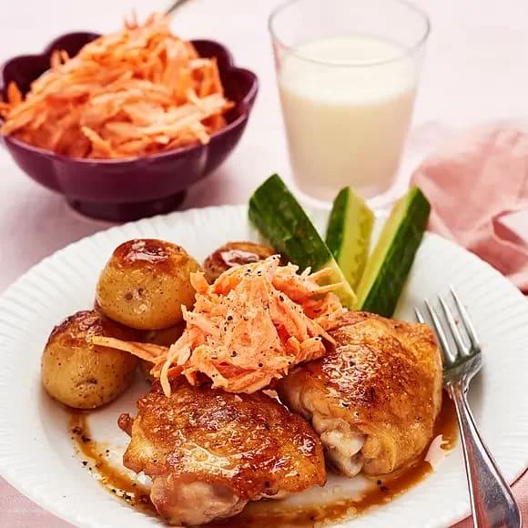 Kyckling med morotsslaw och rostad potatis