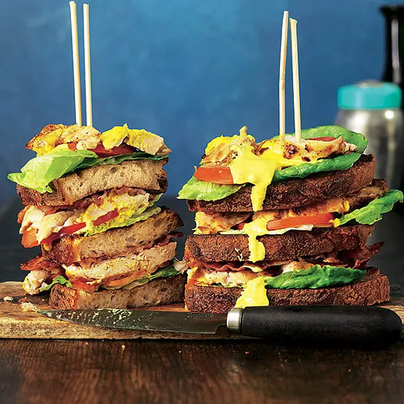 Club sandwich med kyckling och currymajonnäs