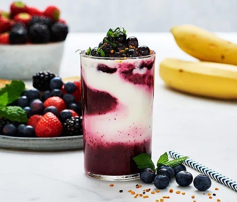 Marmorerad blåbär- och svartvinbärssmoothie med grekisk yoghurt
