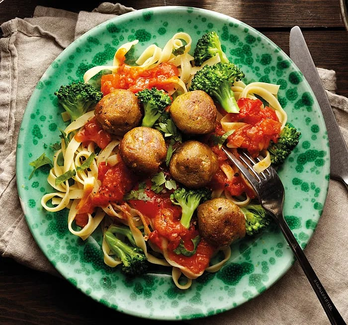 Grönsaksbullar med pasta, tomatsås & broccoli