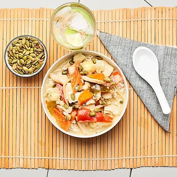 Stark grön curry med grönsaker och kyckling