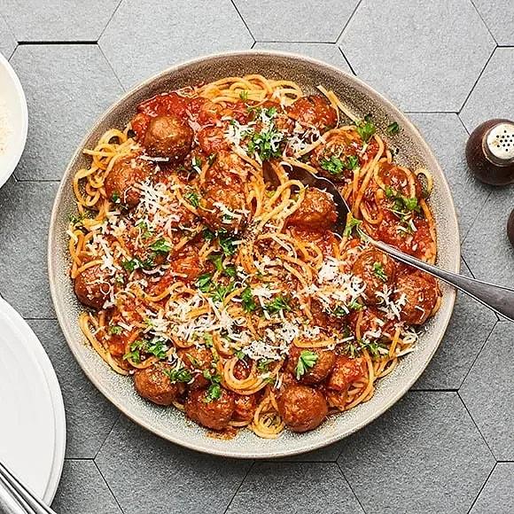Köttbullar i tomatsås med spaghetti