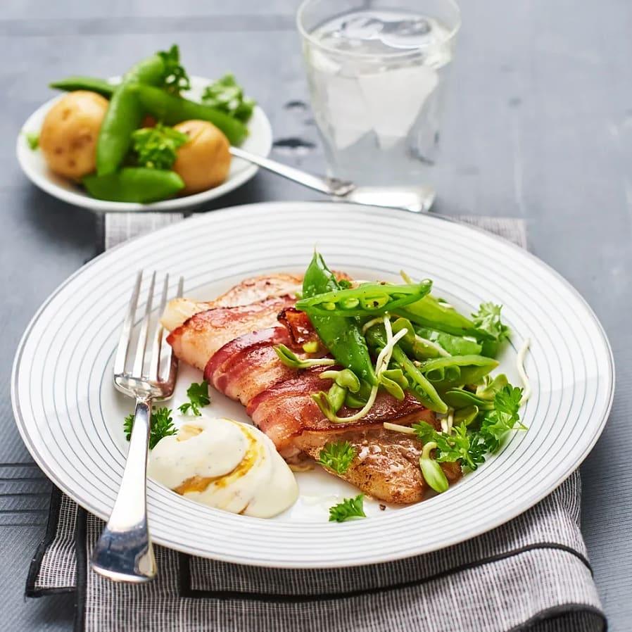 Baconlindad torsk med timjan- och senapscrème