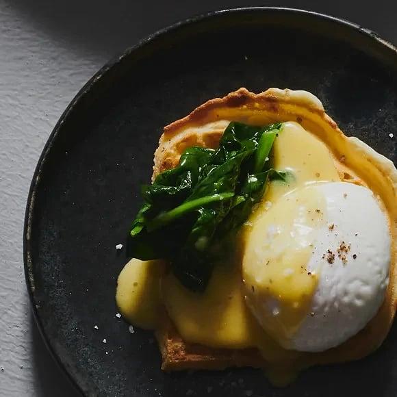 Brunchvåffla med pocherat ägg och hollandaisesås