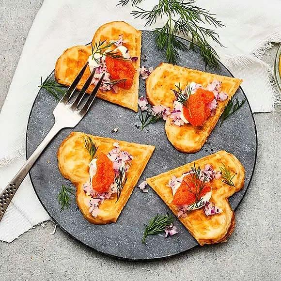 Våffelhjärtan med caviar, rödlök och smetana