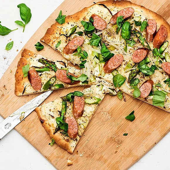 Libapizza med råkorv, sparris och basilika