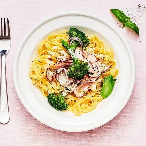 Krämig pasta med kalkon och basilika