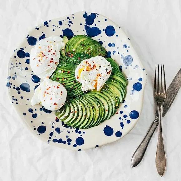 Pocherade ägg med olivolja och avokado