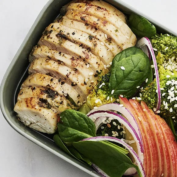 Örtbakad kyckling med ljummen broccolisallad och pestokräm