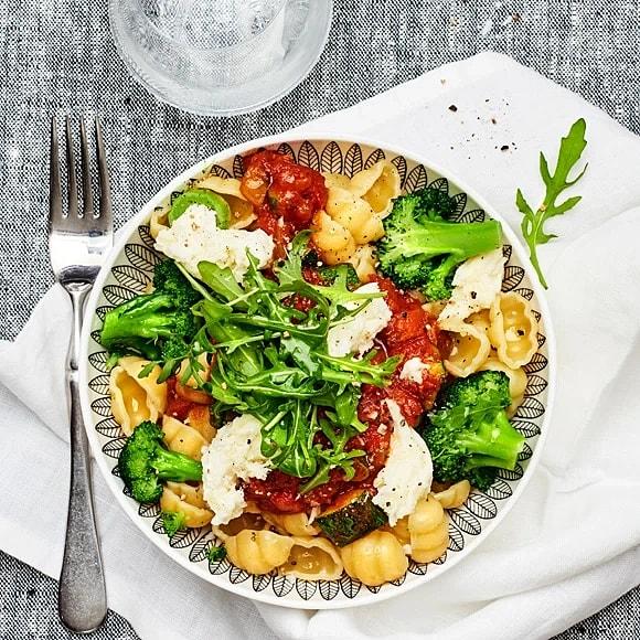 Pasta med mozzarella och tomatsås