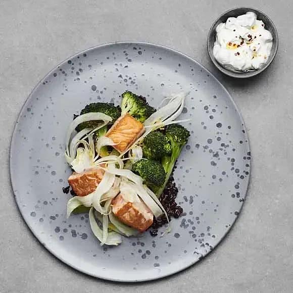 Lax med broccoli, fänkål och gurkyoghurt