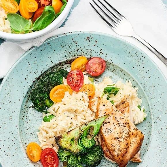 Kyckling med krämig risoni och rostad broccoli