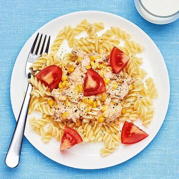 Krämig pasta med tonfisk och majs