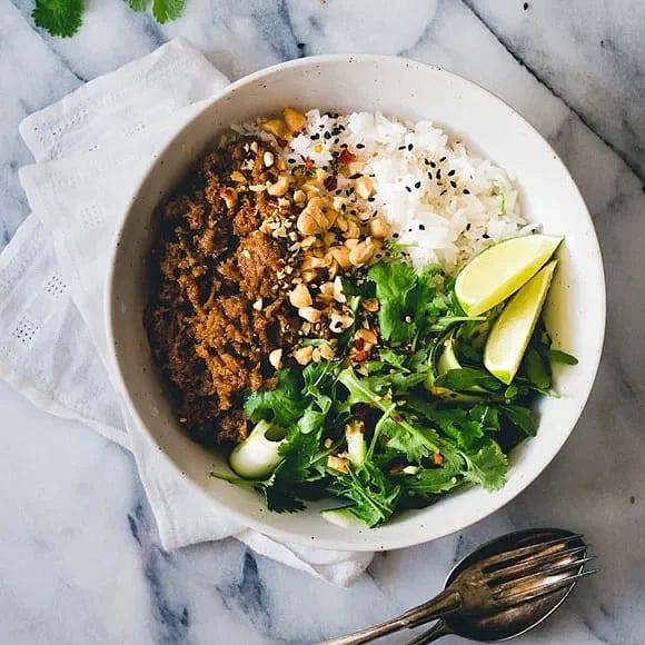 Pulled Oats med ris, jordnötssås och lime