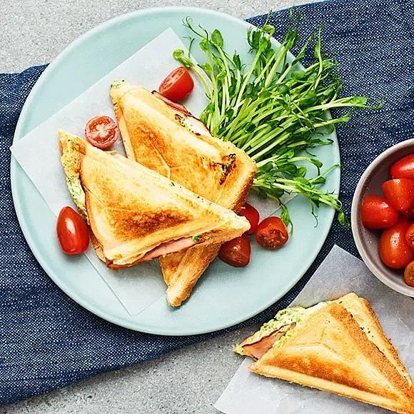 Klämgrillsmacka med skinka och ärt- och basilikafärskost