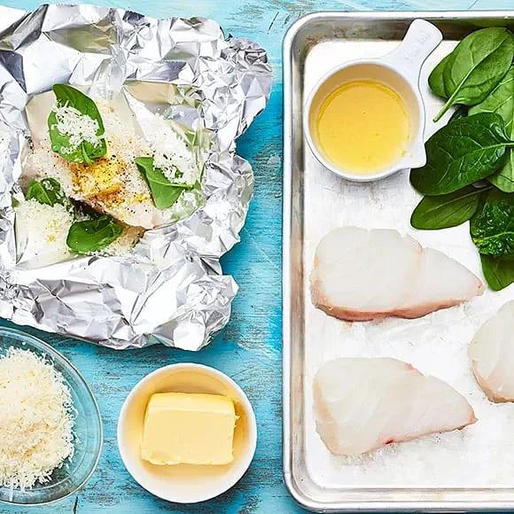 Torsk i folie med spenat, citron och parmesan