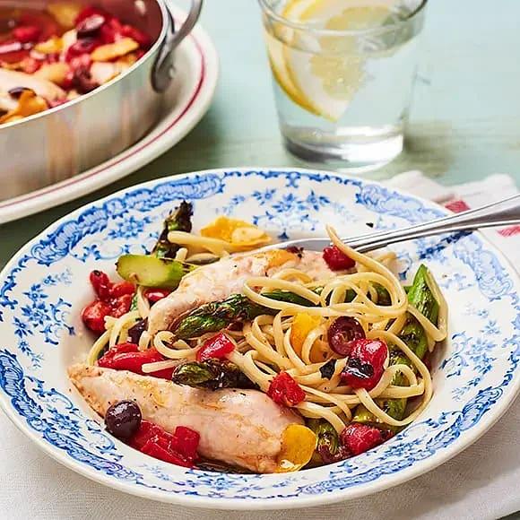 Små fina filéer i ugn med pasta och grön sparris