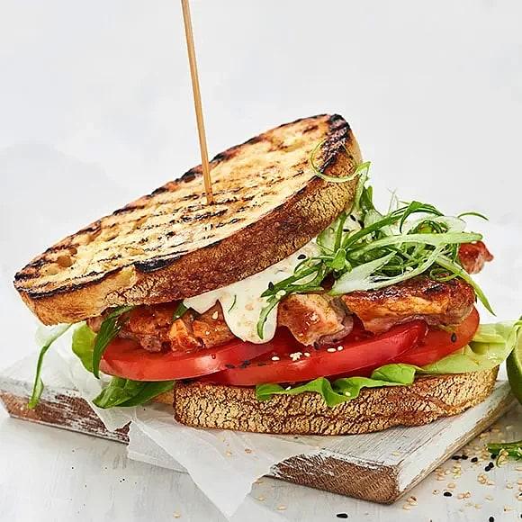 Club sandwich med sriracha och limemajjo
