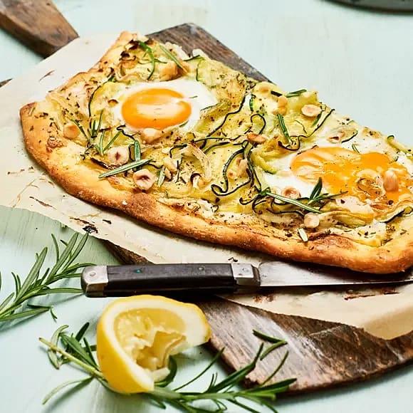 Zucchinipizza med ägg och rosmarin