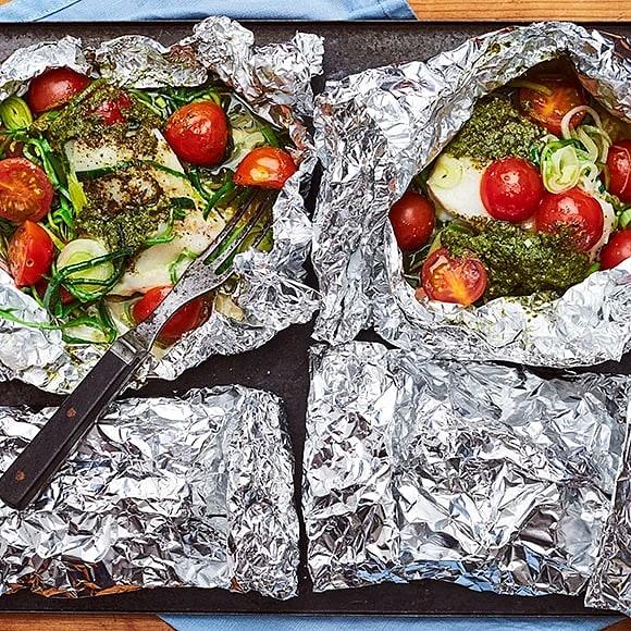 Torsk i folie med tomat, pesto och purjolök