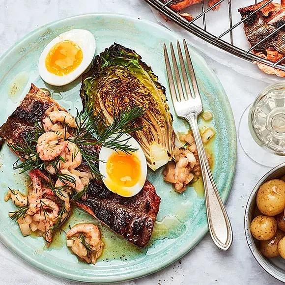 Grillad fjällröding med ägg, räkor och brynt smörvinägrett