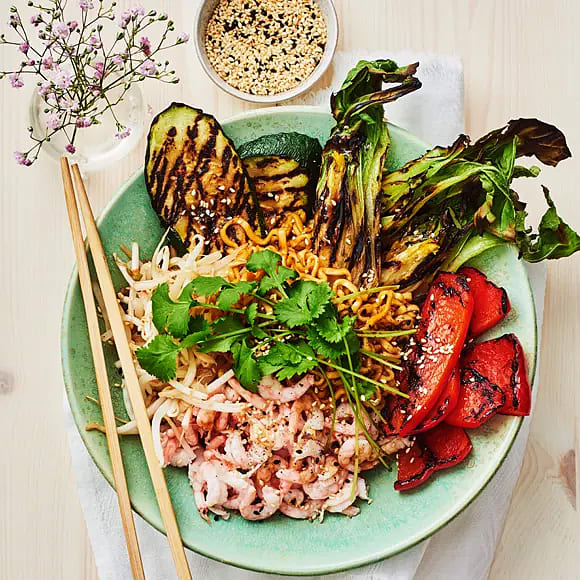 Grillade grönsaker, räkor och nudlar i teriyakidressing