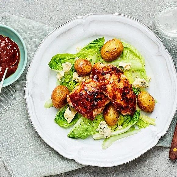 Kycklinglårfilé med selleri, ädelost och aprikos-och BBQ-sås
