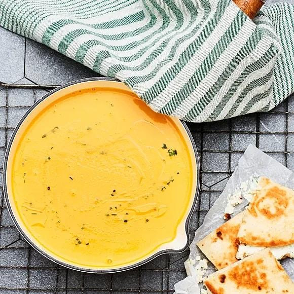 Morotsoppa med lime och ingefära och quesadillas