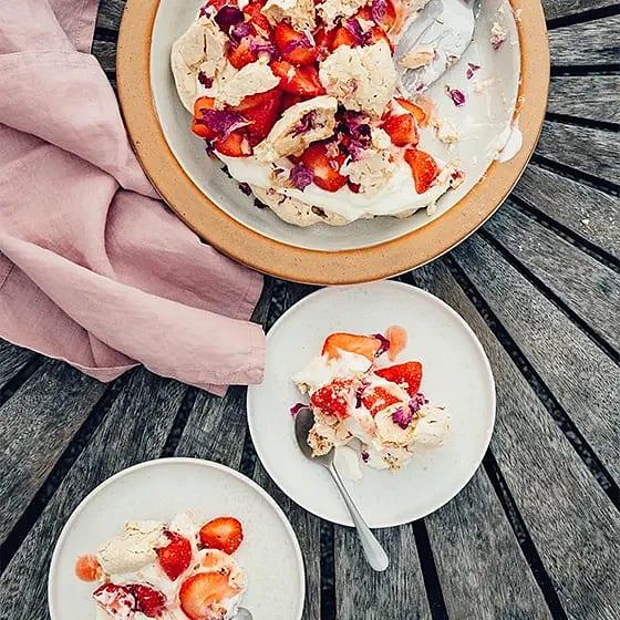 Somrig pavlova med jordgubbar och rosor