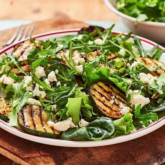 Sommarsallad med zucchini och vitost