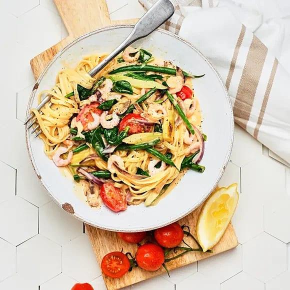 Het räkpasta med sparris och tomat
