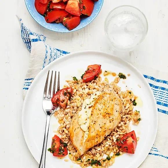 Fetaostfylld kyckling med tomatsallad