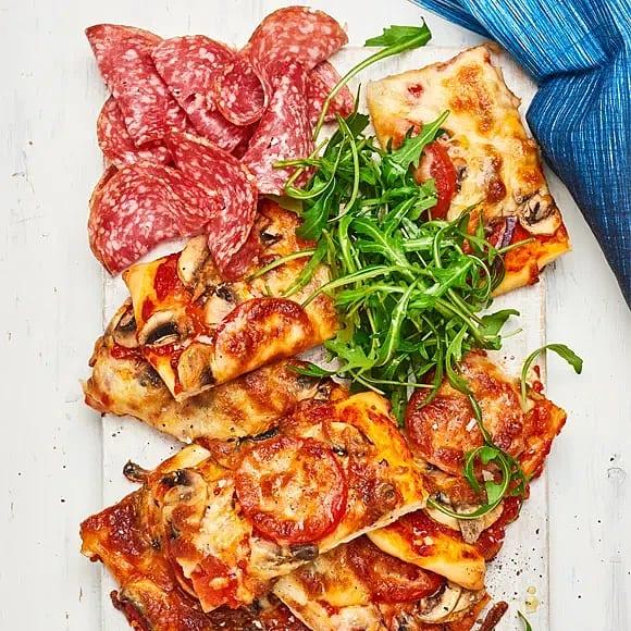 Pizza med salami och champinjoner