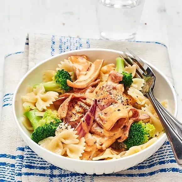 Pasta med kalkonbacon och broccoli