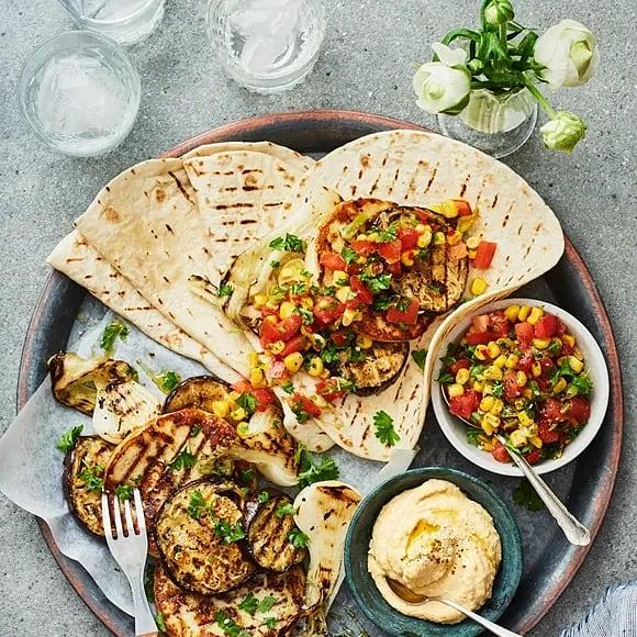 Aubergine- och halloumiburgare med salsa och grillat tortillabröd