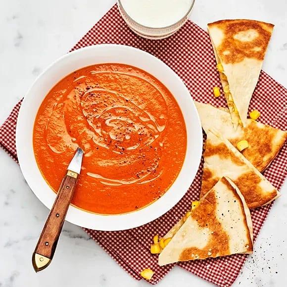 Tomatsoppa med quesadillas