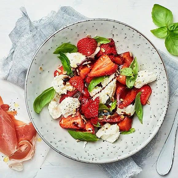 Mozzarella med jordgubbar, basilika och rostade solroskärnor