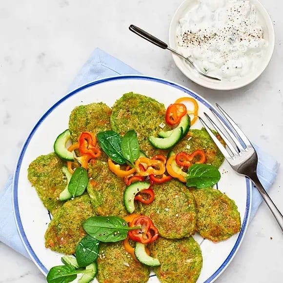 Grönärtsfritters med tzatziki och paprikasallad