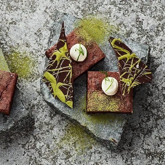 Mörk chokladbrownie med rom, mynta och matchachokladbark