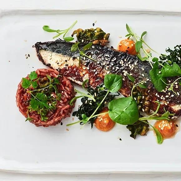 Misomakrill med svartkålssallad, rostade sesamfrön och rött ris