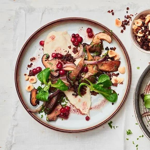 Svamp med jordärtsskocks- och sveciakräm, lingonvinägrett samt rågbrödskross