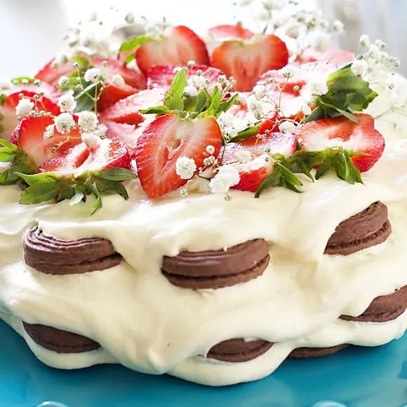 Enkel tårta med jordgubbar och kakor
