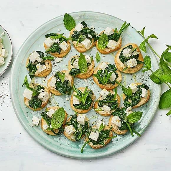 Crostini med hummus, spenat och vitost