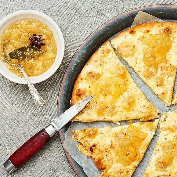 Pizza bianco med chiliost och päronchutney