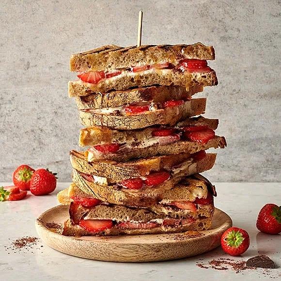 Grillad efterrättstoast med jordgubbar och mascarpone