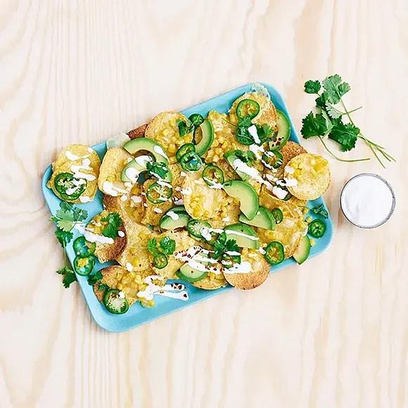 Gratinerade nachos med cheddar och majs