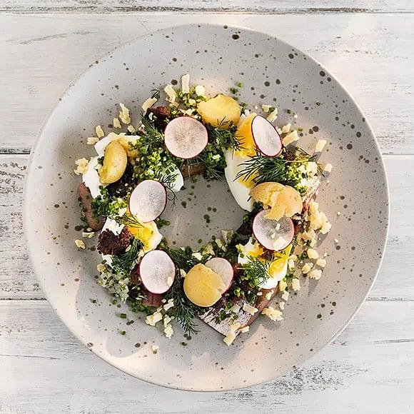 Matjessill med ägg, kavringssmul och gräddfil