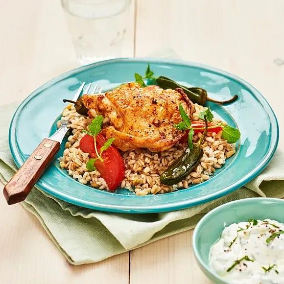 Kryddiga kycklinglår med pimiento de padron och myntayoghurt